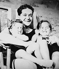 Thomas Liegestuhl on a chair with sister and father